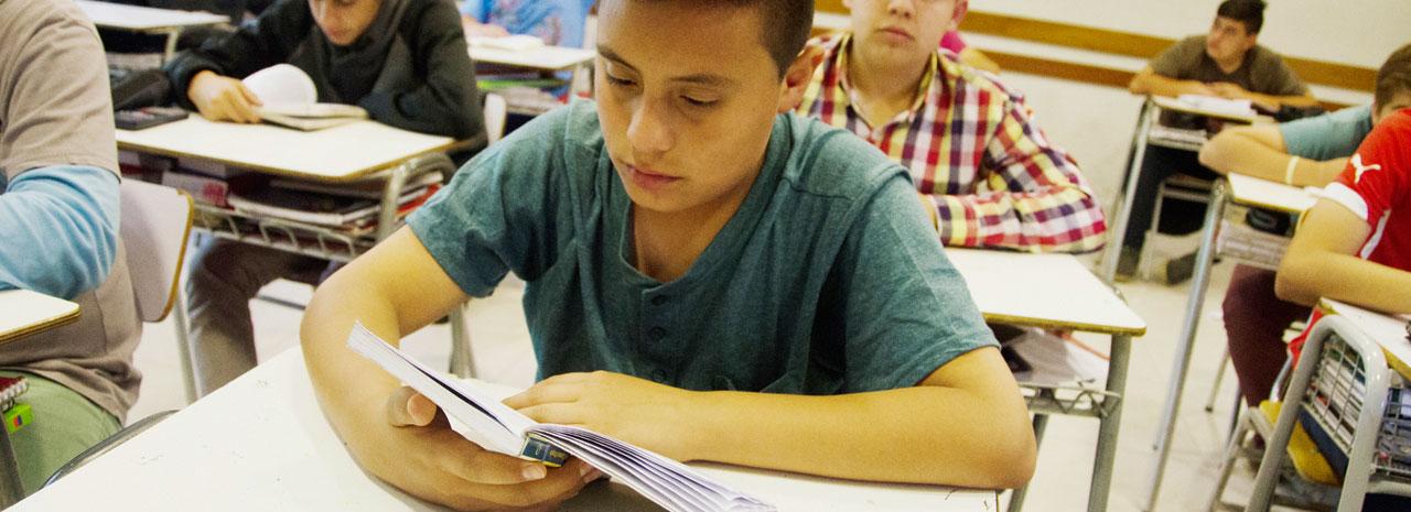 Cierre de escuelas públicas amenaza la educación de alumnos de escasos recursos