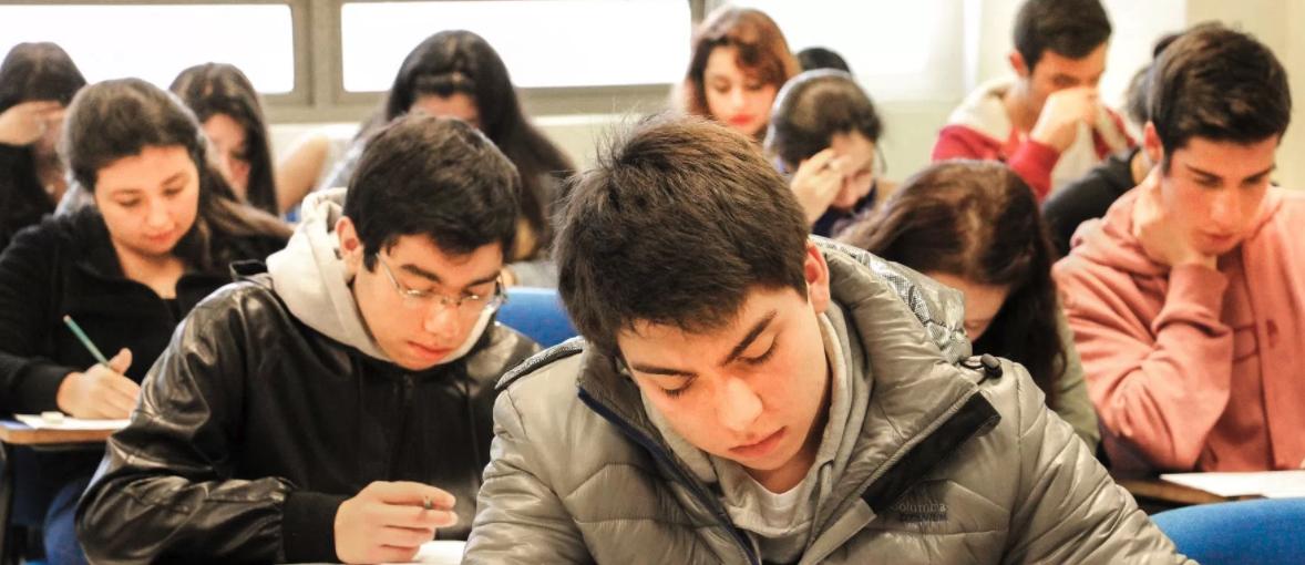 Mujeres: mejores en el colegio, peores en PSU