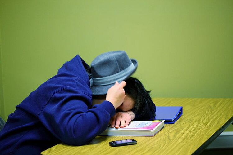 Patrones de sueño irregulares afectan el rendimiento académico