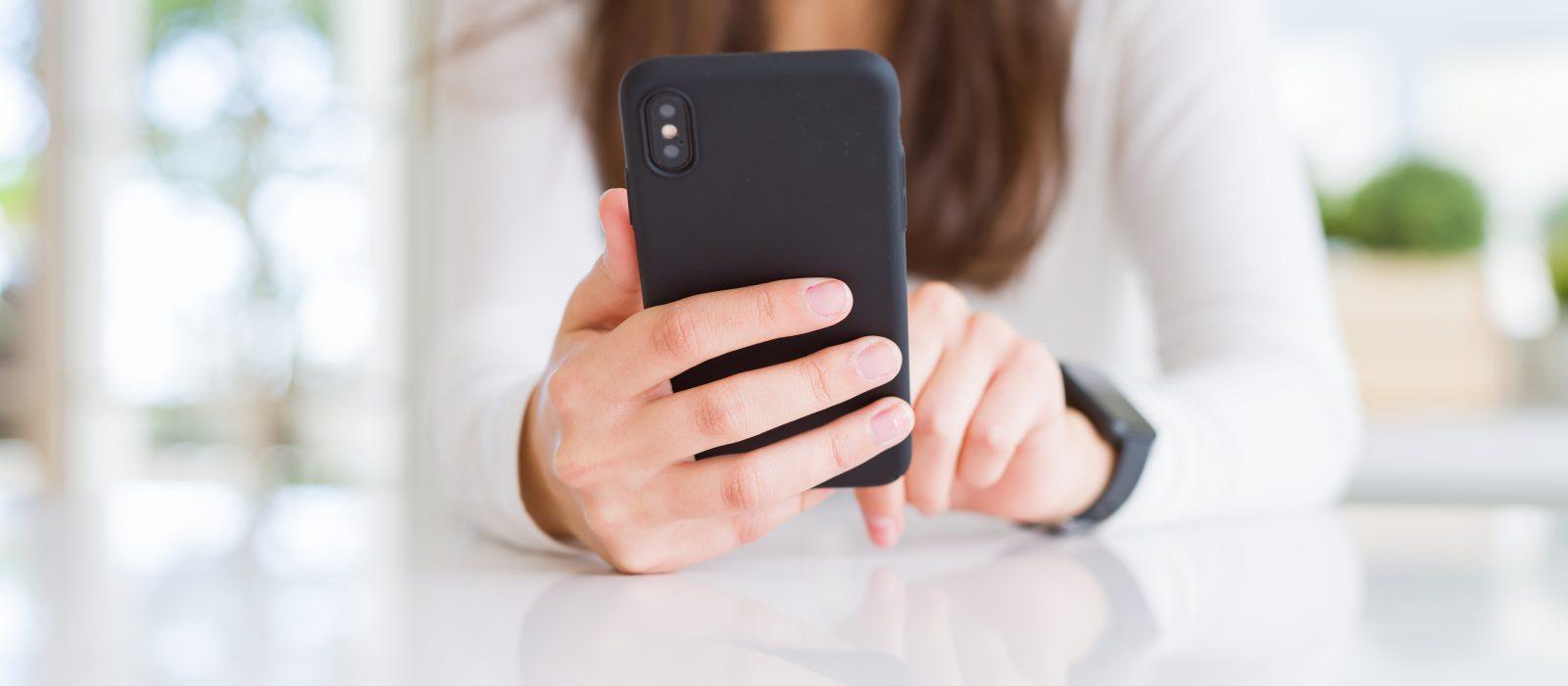 """Primer """"Barómetro del Bienestar Digital en Chile"""": El exceso de confianza de los jóvenes en internet"""