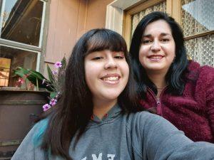 La alumna Catalina Tapia junto a su madre y apoderada.
